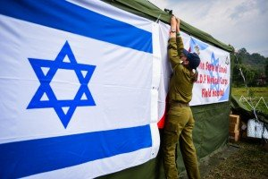 Israeli soldiers establish a field hospital together with Nepalese army.