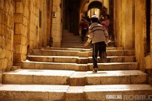 Boy runs in Jewish Quarter. Photo by Noam Chen.